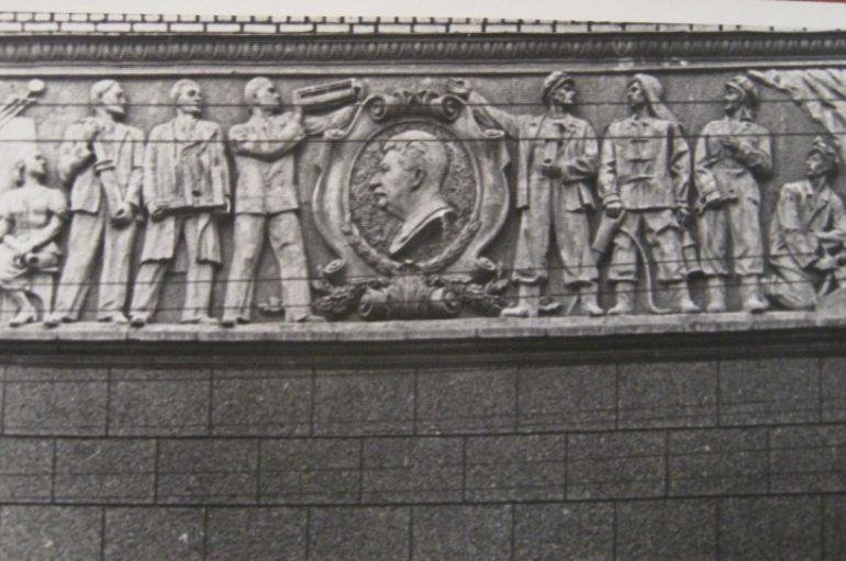 …А на левой груди — профиль Сталина
